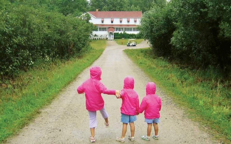 kids at Kettle Falls Hotel, photo by Todd Maddison, 2015 VNPA photo contest entry.